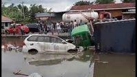 Salah satu mobil yang masuk ke dalam kolam ikan usai ditabrak truk tronton di Sungai Pua. (Foto: Dok. Istimewa)