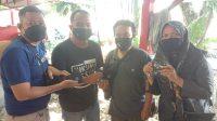 Humas BPBD Kota Padang, Hariza Riko (tiga dari kiri) menyerahkan masker bantuan BNPB ke jurnalis. (Foto: Dok. Istimewa)