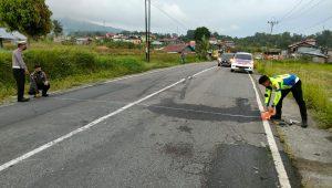 Polisi melakukan olah tempat kejadian perkara (TKP) truk dan motor yang menewaskan polisi di Padang Panjang. (Foto: Dok. Polres Padang Panjang)