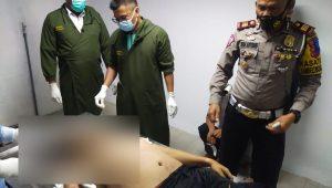 Kasat Lantas Polres Padang Panjang, AKP Dedi Antonis melihat kondisi anggotanya yang mengalami kecelakaan. (Foto: Dok. Polres Padang Panjang)