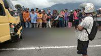 Warga menyaksikan kecelakaan truk dan motor yang menewaskan seorang polisi. (Foto: Dok. Polres Padang Panjang)