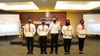 Wakil Gubernur Sumbar, Audy Joinaldy (tengah) menyerahkan sejumlah penghargaan ke perwakilan personel Polda Sumbar. (Foto: Dok. Humas Polda Sumbar)