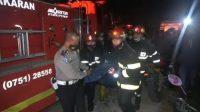 Petugas kepolisian dan Damkar Kota Padang mengevakuasi jasad Khairul Umam yang tewas terpanggang dalam kejadian kebakaran di Tarantang, Kecamatan Lubuk Kilangan pada Kamis (23/9/2021) dini hari. (Foto: Dok. Istimewa)
