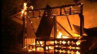 Kobaran api menghanguskan rumah di kawasan Tarantang, Kecamatan Lubuk Kilangan pada Kamis (23/9/2021) dini hari. (Foto: Dok. Istimewa)