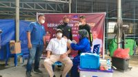 Sejumlah karyawan PT X Dareh Group mengikuti vaksinasi Presisi Polri di Dharmasraya. (Foto: Dok. Istimewa)