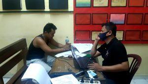 Kanit Reskrim Polsek Koto Tangah, Ipda Mardianto Padang (kanan) meminta keterangan terhadap SV, 30 (kiri) dalam kasus jambret seorang guru di Padang. (Foto: Dok. Polsek Koto Tangah. (Foto: Dok. Polsek Koto Tangah)