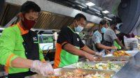 Sejumlah juru masak menyajikan hidangan makanan untuk masyarakat kurang mampu. (Foto: Dok. ACT)