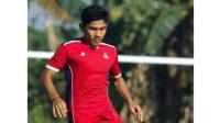 Pemain Semen Padang FC, Amar Prayogi, mengenakan kostum Karo United.