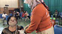 Seorang warga Padang melakukan vaksinasi