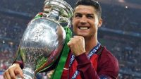 Cristiano Ronaldo Angkat Piala (Foto: Twitter Cristiano Ronaldo)