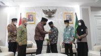 Menteri Agama Yaqut Cholil Qoumas menyerahkan jabatan kepada Afi Ahmad Ridlo, santri pesantren Nurul Jadid, Paiton, Probolinggo, Jawa Timur. dan langsung memimpin rapat di ruang Rapat Pimpinan Kementerian Agama, Kamis (21/10/2021). (Sumber: Kemenag)