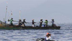 NELAYAN MELAUT | Gambar ini dipotret Juli 14, 2021 menunjukkan nelayan Indonesia di Kota Padang, Sumatera Barat tetap melaut untuk memperoleh rupiah dari hasil tangkapan ikan (📸: @tanharimage / Kariadil Harefa)