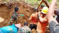 Pembersihan material longsor di Kabupaten Padang Pariaman, Kamis (30/9/2021).