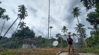 Seorang warga beraktivitas di dekat infrastruktur jaringan 4G USO yang dikelola XL Axiata di Desa Mekar Jaya, Bunguran Barat, Natuna, Senin (4/10/2021). (Foto: Humas XL Axiata)