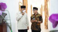 Gubernur Sumbar Mahyeldi saat bersama cucu Chatib Sulaiman, Sudarman Chatib, Rabu (20/10/2021) di Padang. (Foto: Adpim Sumbar)