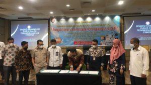 Penandatanganan kerjasama KPID dengan sejumlah pihak di Padang. (Foto: Dok. KPID Sumbar)