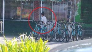 Sosok oknum tukang parkir yang palak hingga tonjok pengunjung di Pantai Padang, Sabtu (23/10/2021).