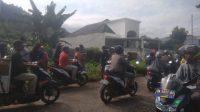 Sejumlah warga dan pengendara yang melintas menyaksikan lokasi kejadian pembunuhan dan perampokan di kawasan Kuranji, Kota Padang. (Foto: Dok. Polsek Kuranji)