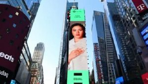 Tangkapan layar Yura Yunita tampil di videotron Times Square, New York, Amerika Serikat. (foto: IG Yura Yunita)