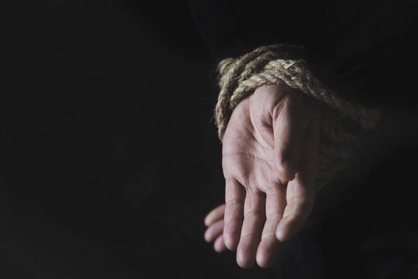 Ilustrasi tangan terikat tali. (Foto: Dok. Deposit Photos)